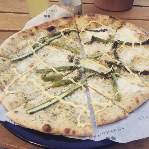 Asparagus and hollondaise pizza - Soderberg
